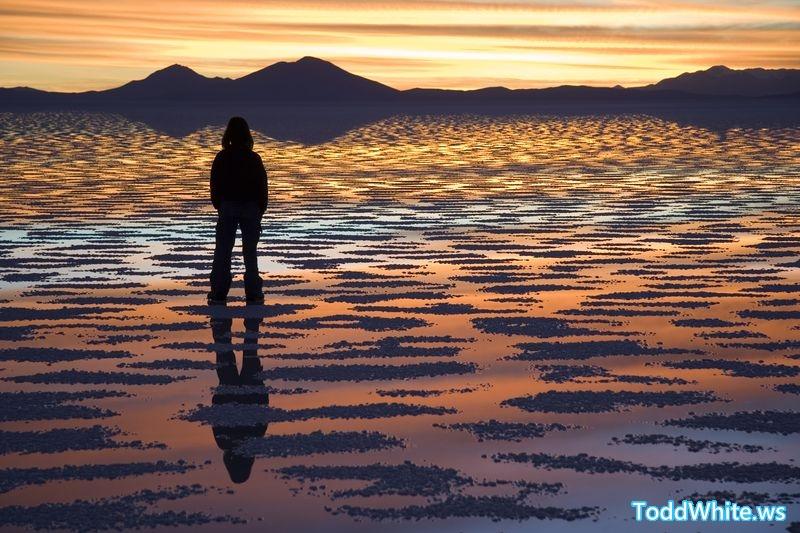800px-Watching_Sunset_Salar_de_Uyuni_Bolivia_Luca_Galuzzi_2006